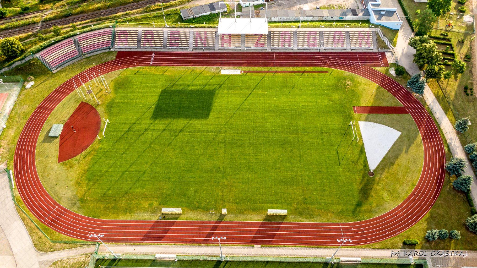 Boisko piłkarskie z nawierzchnią naturalną